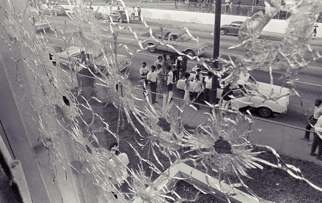 1970年5月15日,「黑人大學」傑克遜州立大學學生也爆發抗爭,國民兵鎮壓中造成...