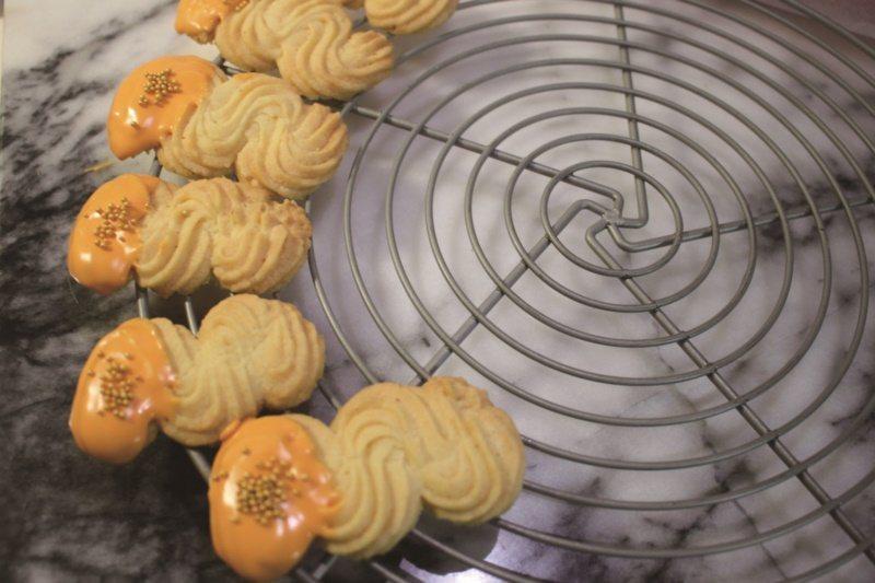 經典維也納酥餅:沾上適量的融化巧克力做裝飾,也是一種變化。圖為橘子巧克力。 圖/...