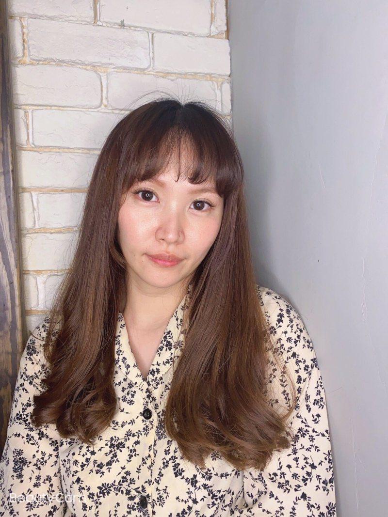 資深美髮設計師Nico說,日本近來掀起「中間色」風潮,利用灰棕、亞麻等色系取代深...
