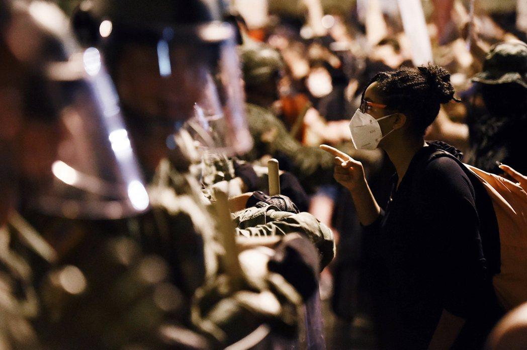 街上的各種種族階級抗爭,也明顯連動了基層官兵的士氣。 圖/法新社