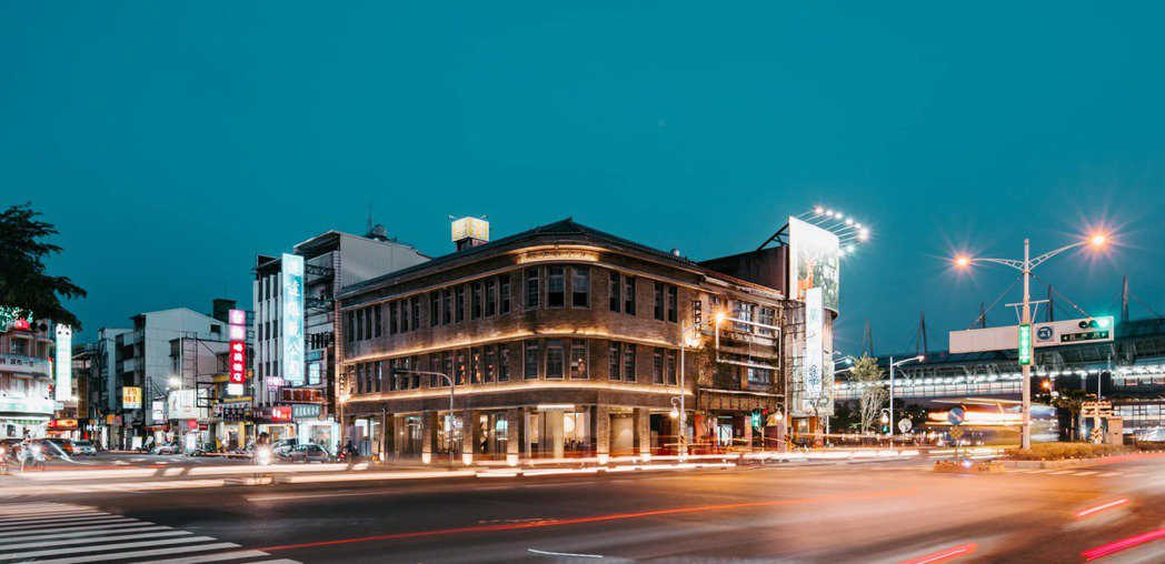 閃耀於夜晚中的大和旅社,建於1937至1939年間,2014年登錄為屏東縣歷史建...