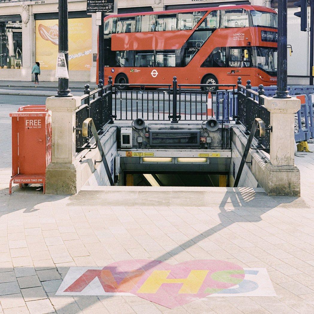 牛津街地鐵站入口靜悄悄地,地上少了垃圾飲料罐、隨地亂扔的報紙。 圖/倫敦男子日常