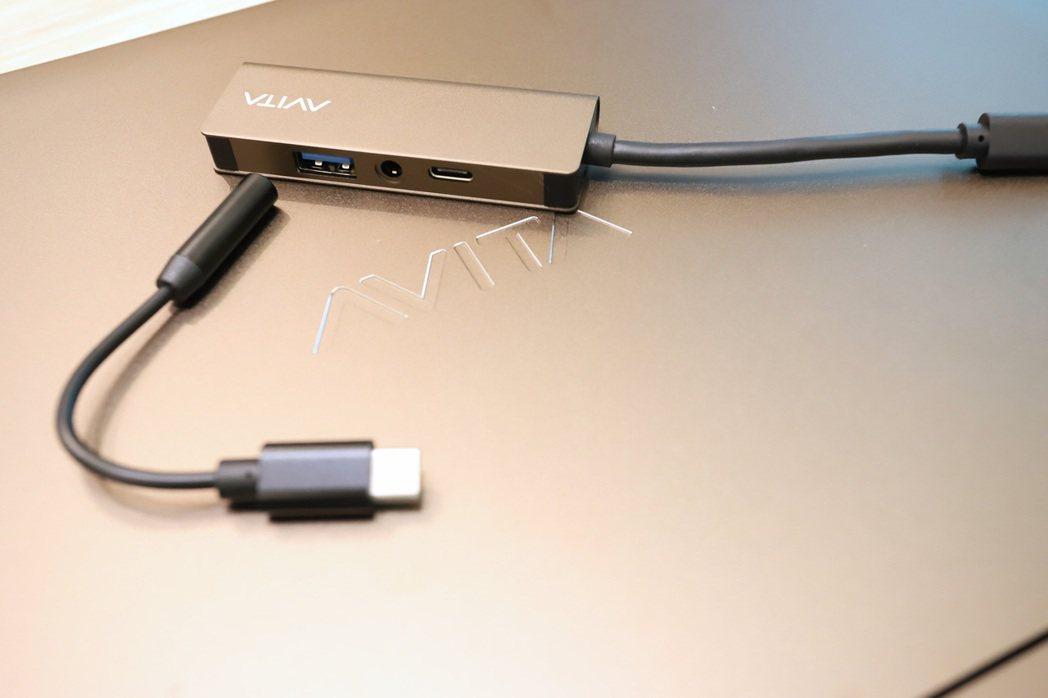 因只有兩組USB 3.0 Type-C,需外接原廠附贈的多功能外接埠才能滿足各項...