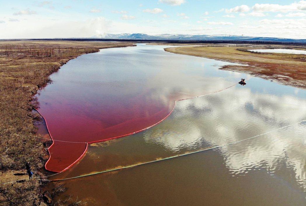 被石油染紅的北極圈安柏那亞河。 圖/法新社