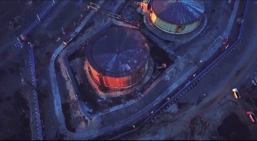 NTEK在諾里爾斯的一間電廠,儲油桶因不明原因導致支柱下沉、倒坍,大量柴油傾洩而...