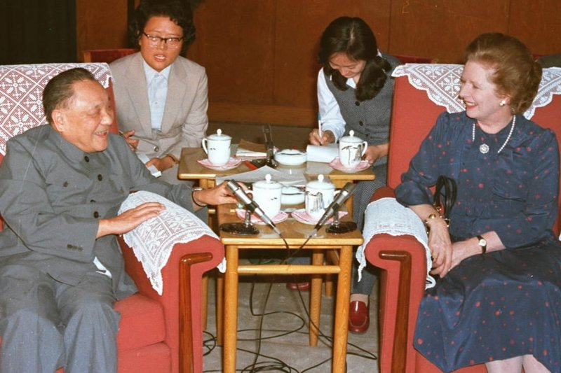 時任中國最高領導人的鄧小平與時任英國首先柴契爾夫人,攝於1982年,北京。 圖/新華社