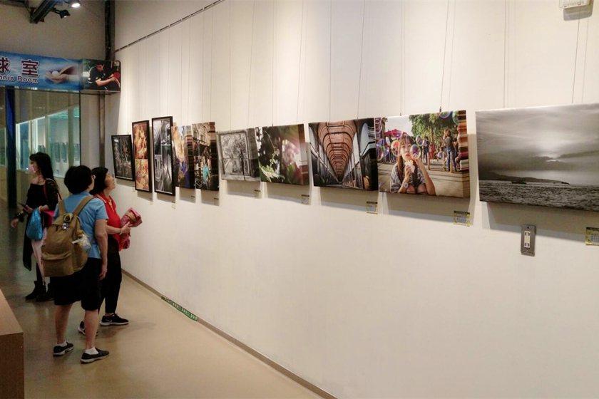 泰北高中設計群科精品展件件精彩,吸引民眾駐足欣賞。 校方/提供