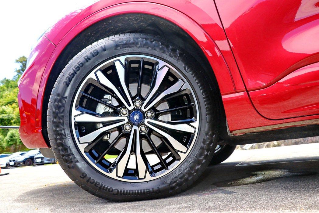 輪圈部分配備鷹爪雙色切削鋁圈,搭配上經銷商選配的19吋馬牌PremiumCont...