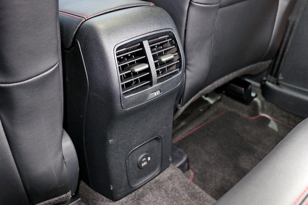 後座有冷氣出風口及USB和Type C連接埠。 記者陳威任/攝影