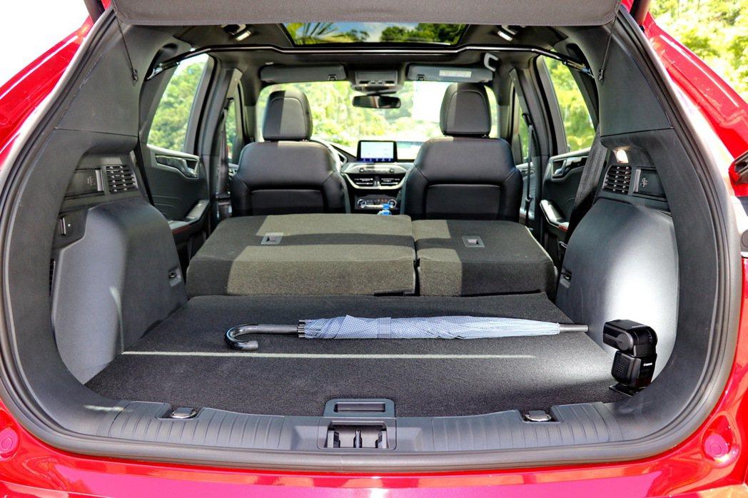 將後座椅背傾倒後,可提供更大的載物空間。 記者陳威任/攝影