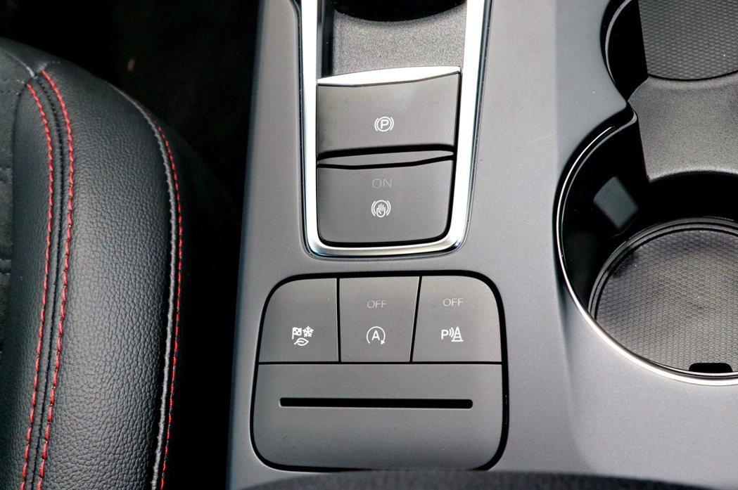 中控台鞍座的控制鍵位置相當就手。 記者陳威任/攝影