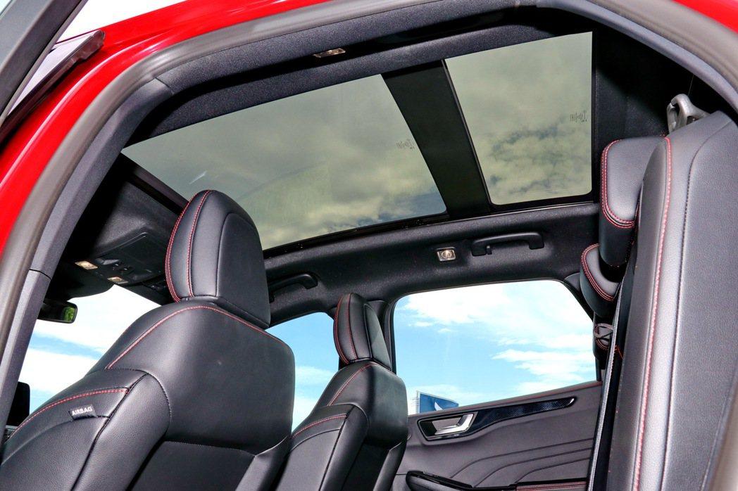 全景天窗提供每位乘客寬闊感受。 記者陳威任/攝影