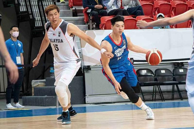 胡瓏貿(右)是中華男籃主力球員。     圖/中華籃協提供
