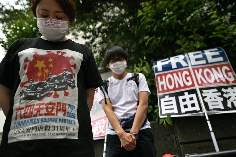 中國向締約國英國承諾,將維持香港在經濟與法律上的獨立地位,為期50年。圖為香港民眾紀念六四。 圖/法新社