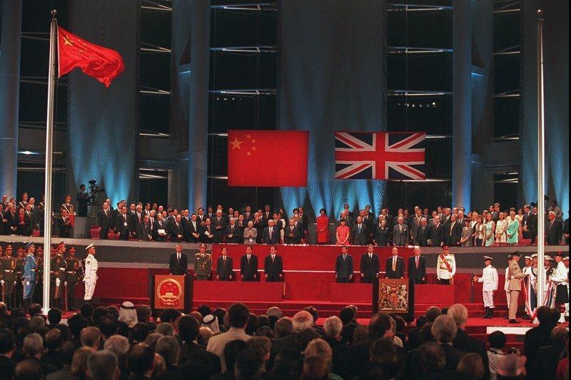 中國與英國透過《中英聯合聲明》作出承諾,中國於1997年7月1日對香港恢復行使主權,英國將香港移交給中國。 圖/美聯社