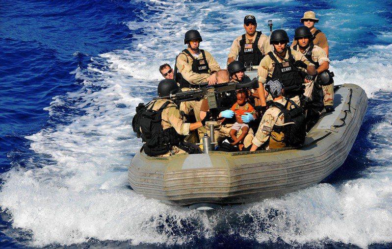 馬爾他目前仍讓400名難民滯留船上,人權團體批評馬國與歐盟無作為,但馬國政府稱已達收容極限。(Photo on 美國國防部)