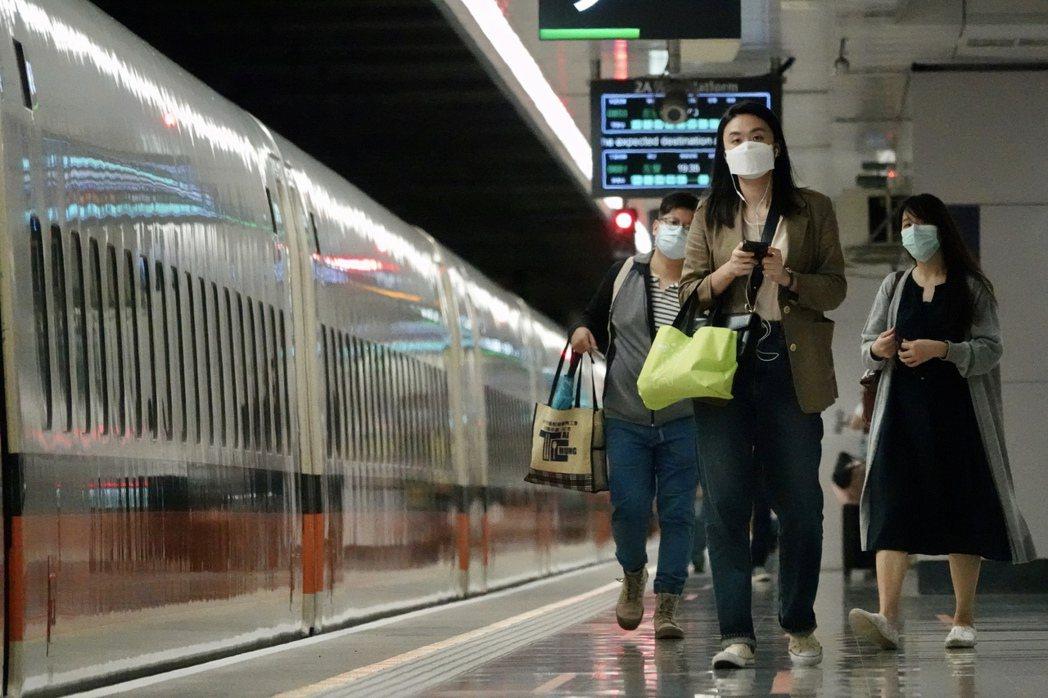 根據交通部六月七日後的解封規畫,屆時旅客進大眾運輸場站後,若能維持社交距離將可脫...