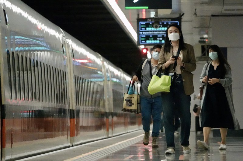 根據交通部六月七日後的解封規畫,屆時旅客進大眾運輸場站後,若能維持社交距離將可脫口罩。但尖峰時間人潮擁擠時,恐還是得戴上口罩。圖/聯合報系資料照片