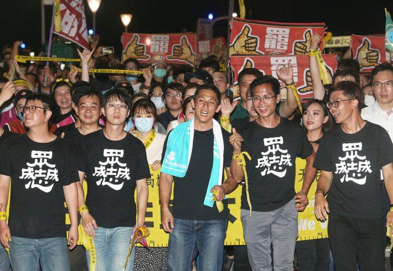民進黨智庫副執行長吳怡農(前排中)昨晚南下參與罷韓遊行,呼籲市民出來投票。記者劉學聖/攝影