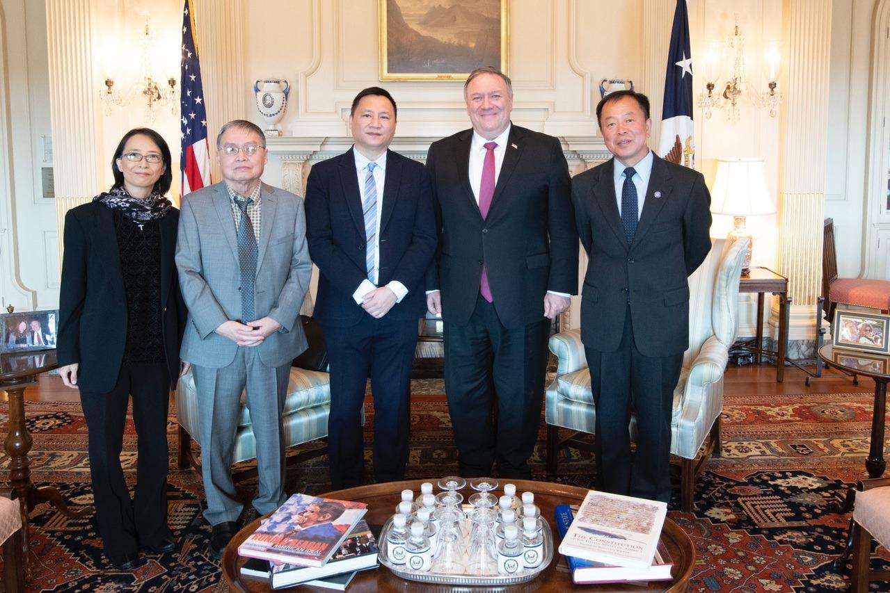 龐培歐公開與王丹等六四參與者合照 支持陸民主運動