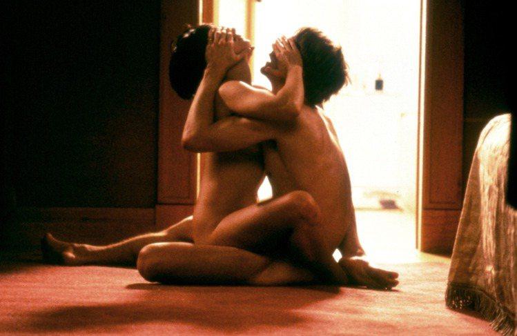 在「色,戒」梁朝偉與湯唯的經典「迴紋針式」之前,金獎影帝后傑瑞米艾朗、茱麗葉畢諾許在影史情慾經典「烈火情人」中,兩人全裸對坐交疊,互遮雙眼激情擺盪的「觀音坐蓮式」床戰戲碼就曾在28年前震撼影壇。片中...