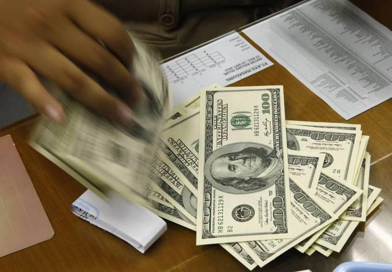 央行公布,5月底外資持有國內股票及債券按市價計算,再加上新台幣存款餘額,合計為3,924億美元,月減103億美元,約當外匯存底81%,月減3個百分點。(圖/路透)