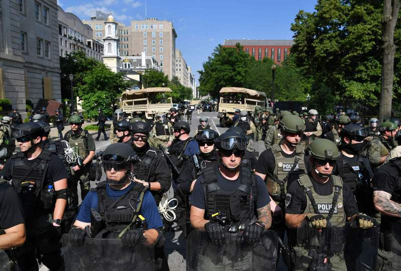 美國國防部長艾思博3日收回成命,不撤回駐紮在華府附近的現役軍隊。法新社