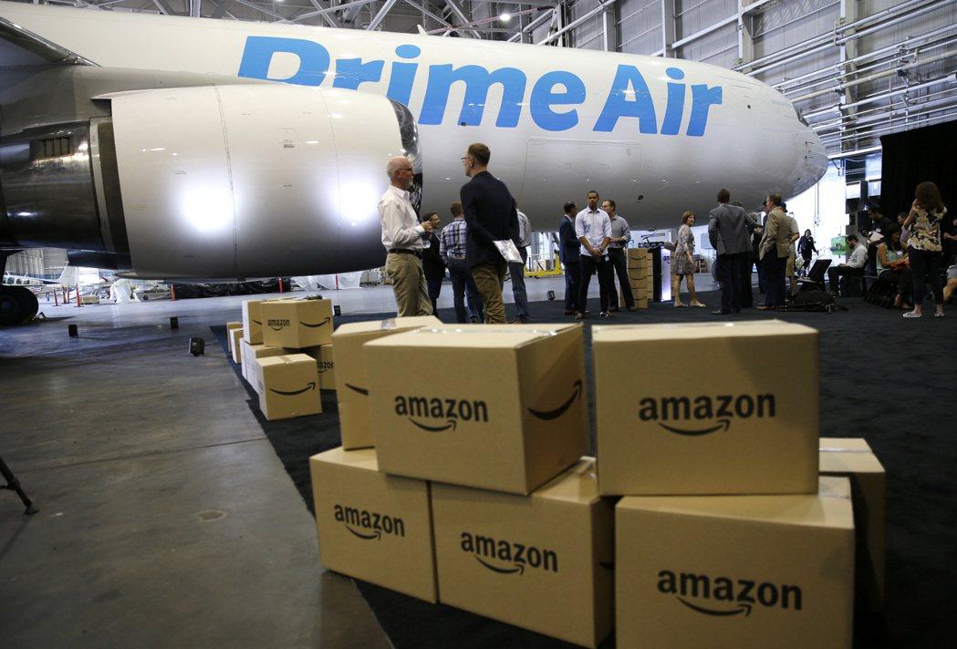 亞馬遜運貨紙箱堆放在2016年時稱為Prime Air的專屬貨機旁。(美聯社)