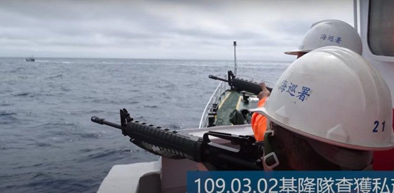 海巡首艘4000噸級嘉義艦前天下水,海巡播放形象宣傳影片時,眼尖民眾發現一個片段畫面,官兵在艦上持步槍戒護,頭上穿戴的竟是一般塑膠工地帽(工程帽)。記者尤聰光/翻攝
