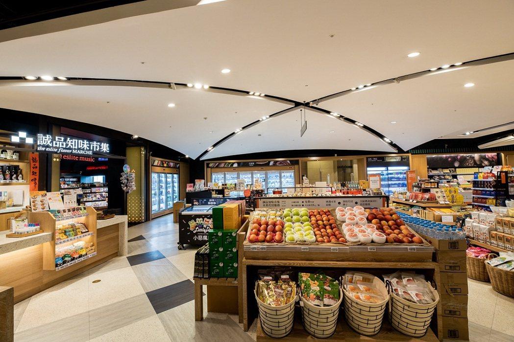 誠品信義店新24小時書店裡有全台唯一24小時書店裡的生鮮超市「誠品知味市集」。圖...