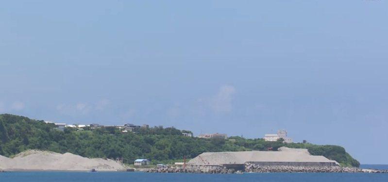 台東東海岸長濱漁港長年淤沙,清淤沙石標售不出去,導致沙石堆置港區周邊如一座小山。記者尤聰光/翻攝
