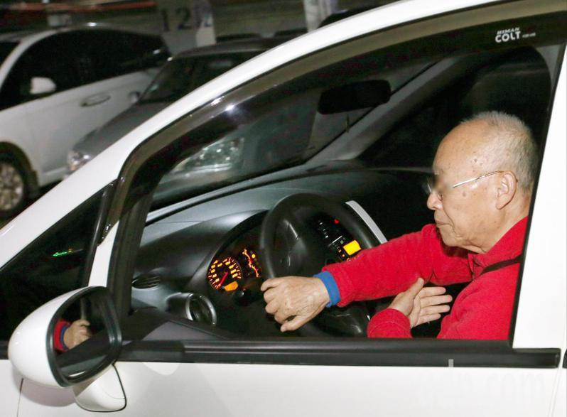交通部推動高齡駕駛換照至今近三年,逾17.7萬的人來辦理,由於須通過體檢及認知測驗,才能換短效駕照,當中約兩成繳回駕照。圖為銀髮族駕駛示意圖。本報資料照片