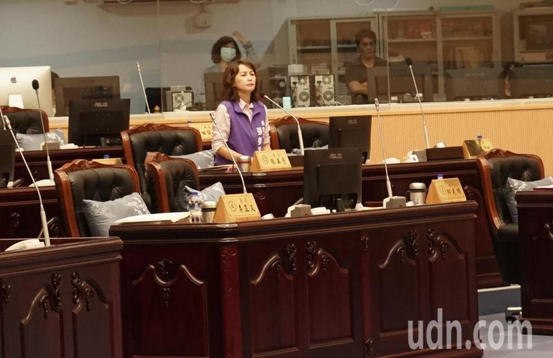 花蓮縣議員張美慧今天在議會總質詢時,就卜蜂案,提醒縣長徐榛蔚「正站在歷史關鍵點」。記者王燕華/攝影