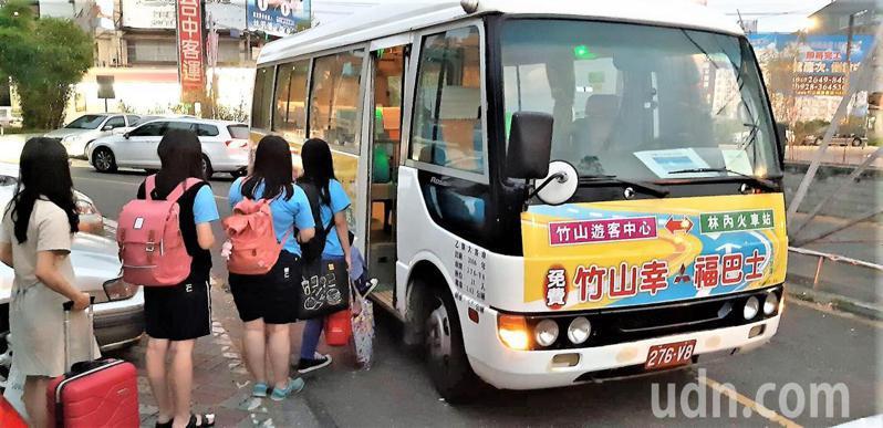 竹山鎮居民外出就學及工作交通非常不便,鎮公所決定恢復周末幸福巴士往返林內火車站。記者黑中亮/攝影