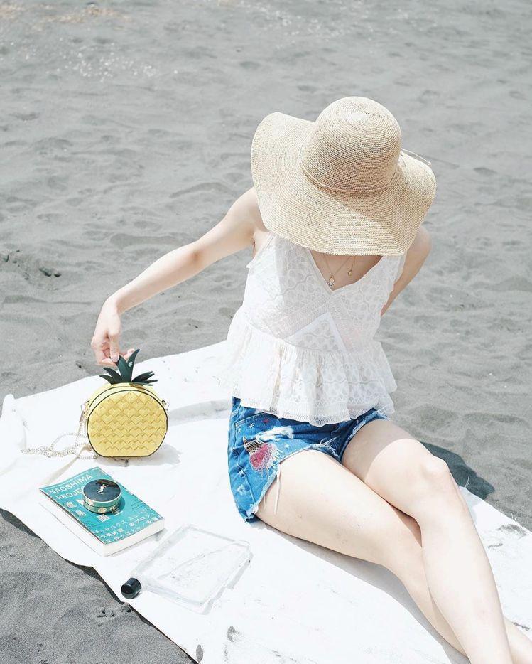 陳庭妮在沙灘曬kate spade野餐系列鳳梨造型肩背包去海灘玩耍。圖/取自IG