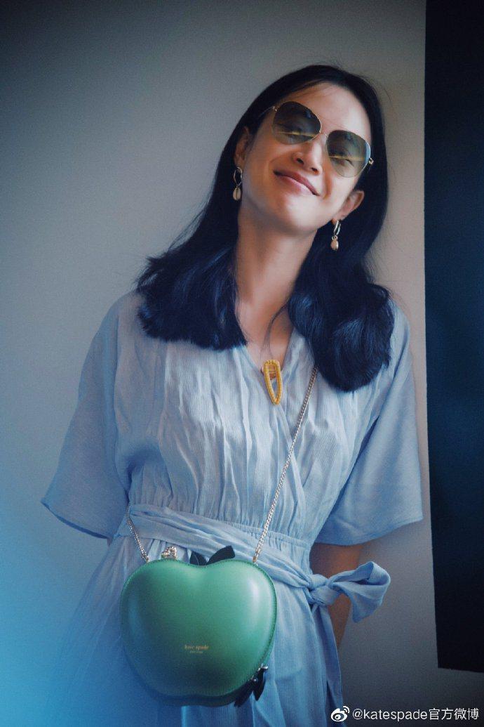 大陸女星李夢示範了kate spade野餐系列青蘋果造型肩背包如何拍出朦朧網美圖...