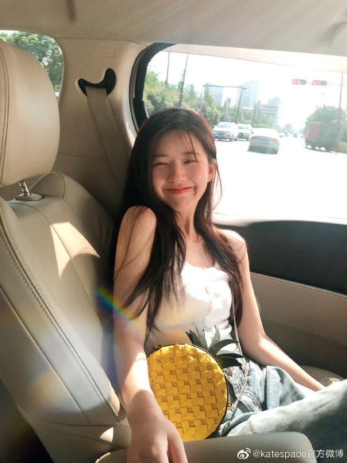 演出《長歌行》的趙露思甜美詮釋kate spade野餐系列鳳梨造型肩背包。圖/取...