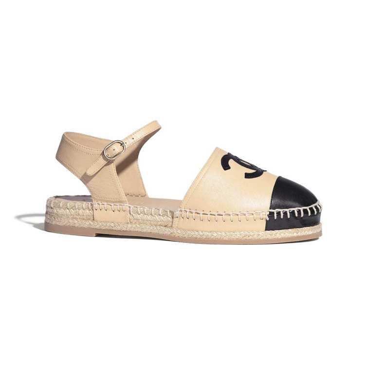 雙色草編鞋,22,900元。圖/摘自香奈兒官網