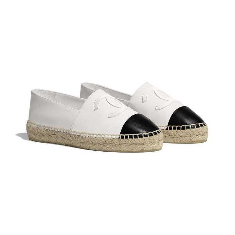 雙色草編鞋,20,800元。圖/摘自香奈兒官網