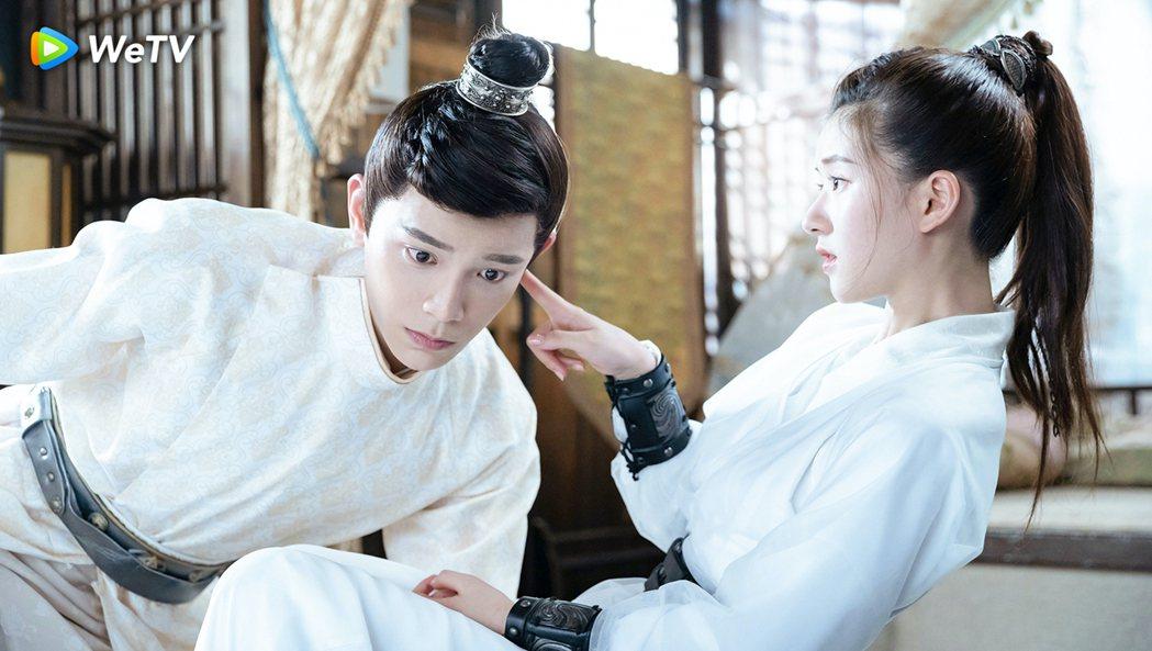 丁禹兮(左)、趙露思在「傳聞中的陳芊芊」中互動逗趣。圖/WeTV提供