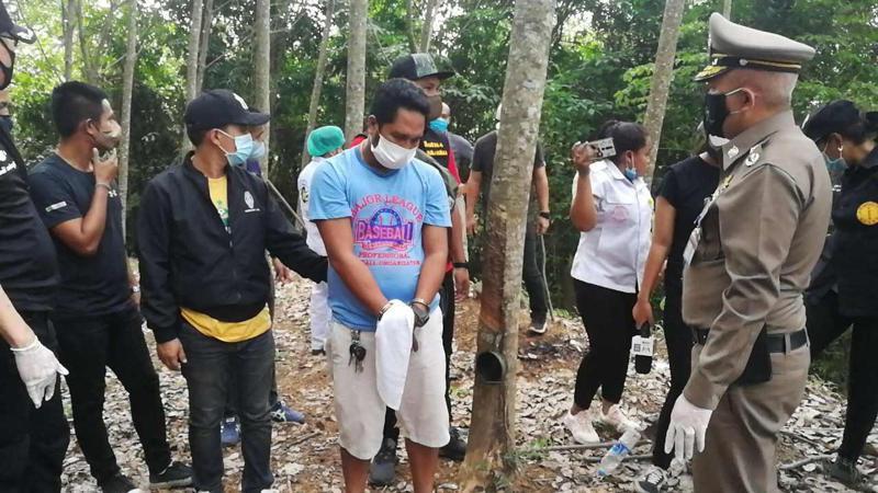 泰國南部的宋卡府那芒縣發生殺人事件,與兒媳有染的男子阿龍殺死兒子後棄屍,警方5月底帶他回到現場重建過程。畫面翻攝/泰國頭條新聞