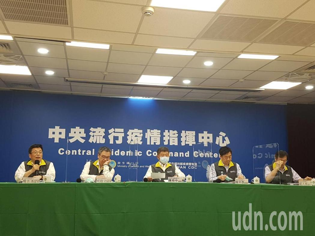 中央流行疫情指揮中心記者會,由左至右為中央流行疫情指揮中心疫情監測組組長周志浩、...