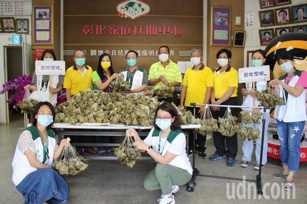伸港福德宮與縣議員賴清美捐贈1千顆粽子給彰化家扶中心。記者林敬家/攝影