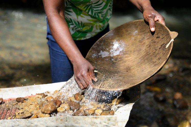 哥倫比亞手工採金者利用水閘和溜金槽等以傳統的沖積採金法開採黃金,不使用會對環境造...