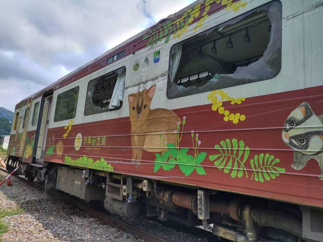 一輛台鐵集集美術館彩繪列車,下午行經集集至水里間的水里平交道處,遭總達客運班車因...