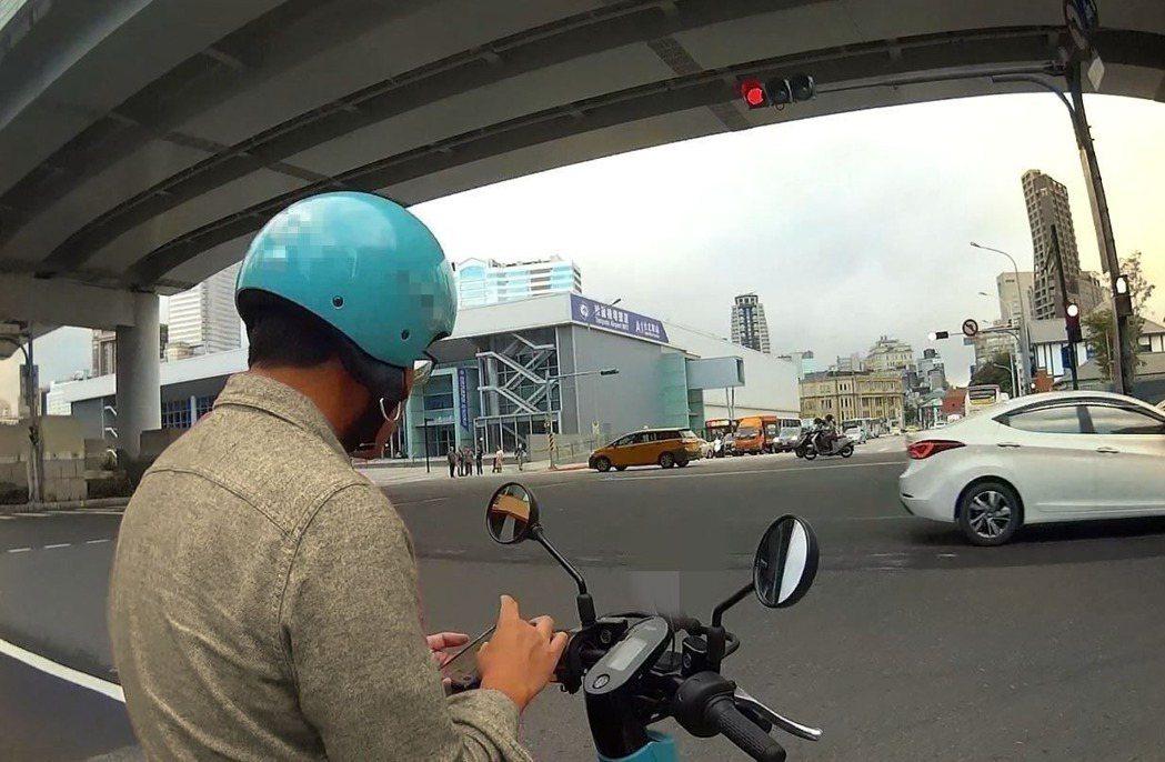 車輛在路上停等紅燈或是遇到塞車,若使用手機都屬違規,依法最高可罰3000元。圖/...