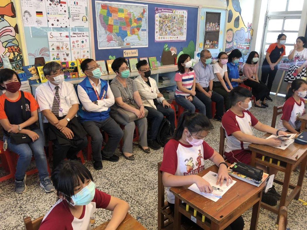 立法院教育文化委員會委員今天下午到高雄市忠孝國小,進班級看英文課上課情況,學生在...