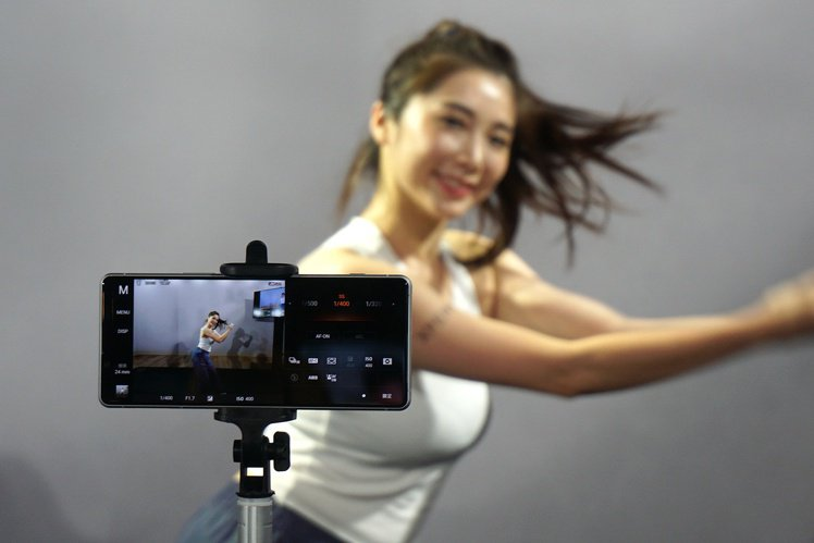 全新Photo Pro專業單眼相機模式導入Sony α相機的使用介面,在手機上也...