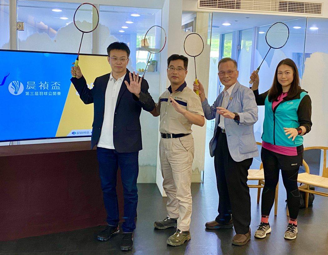 「2020晨禎盃羽球公開賽」由晨禎營造總經理王水樹(左二)等人宣布開始受理報名。...