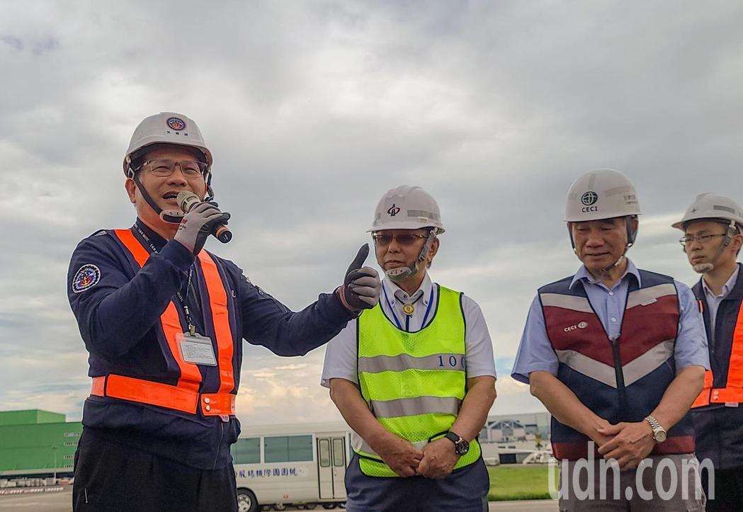 交通部長林佳龍(左)下午前往桃園機場視察北跑道進行鋪面刨鋪工程,在接受媒體訪問時...